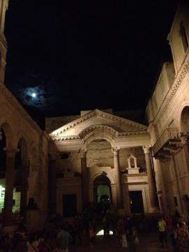 The courtyards are filled with people and street performers at night